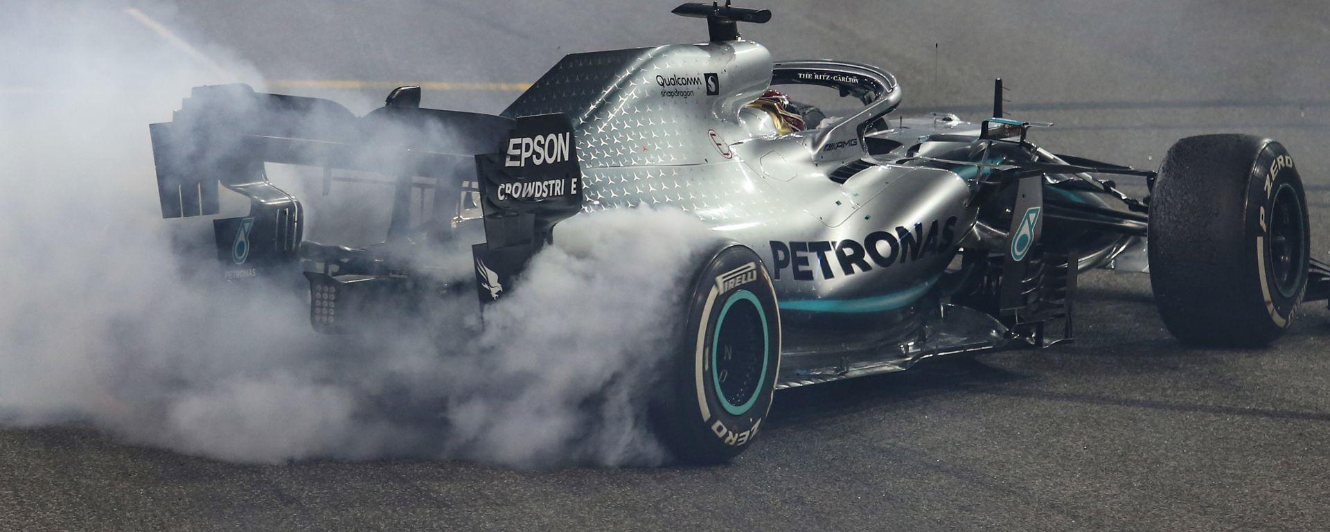 F1 GP Abu Dhabi 2019, Yas Marina: Lewis Hamilton (Mercedes) festeggia la vittoria con i donuts