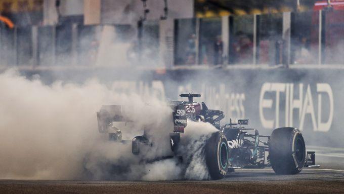 F1 GP Abu Dhabi 2020, Yas Marina: Lewis Hamilton e Valtteri Bottas (Mercedes) festeggiano all'arrivo