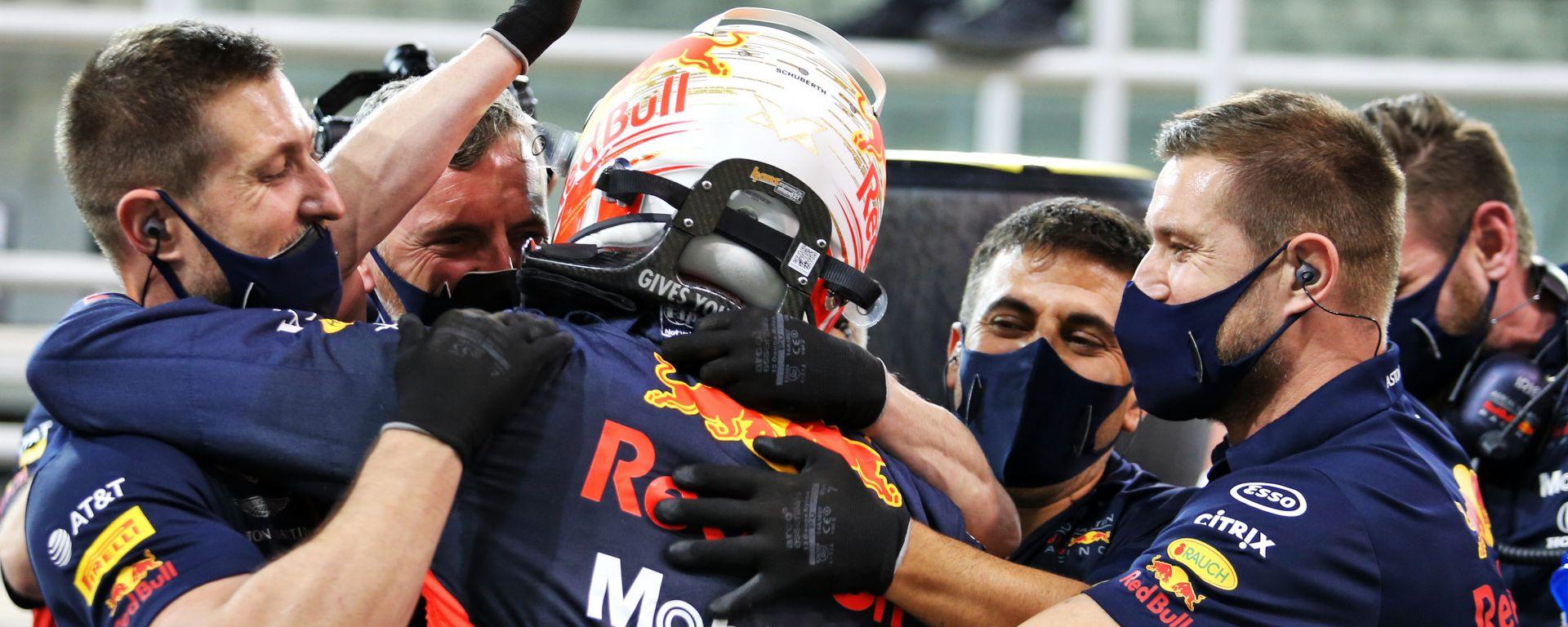 F1 GP Abu Dhabi 2020, Yas Marina: Max Verstappen festeggia la pole con i meccanici Red Bull