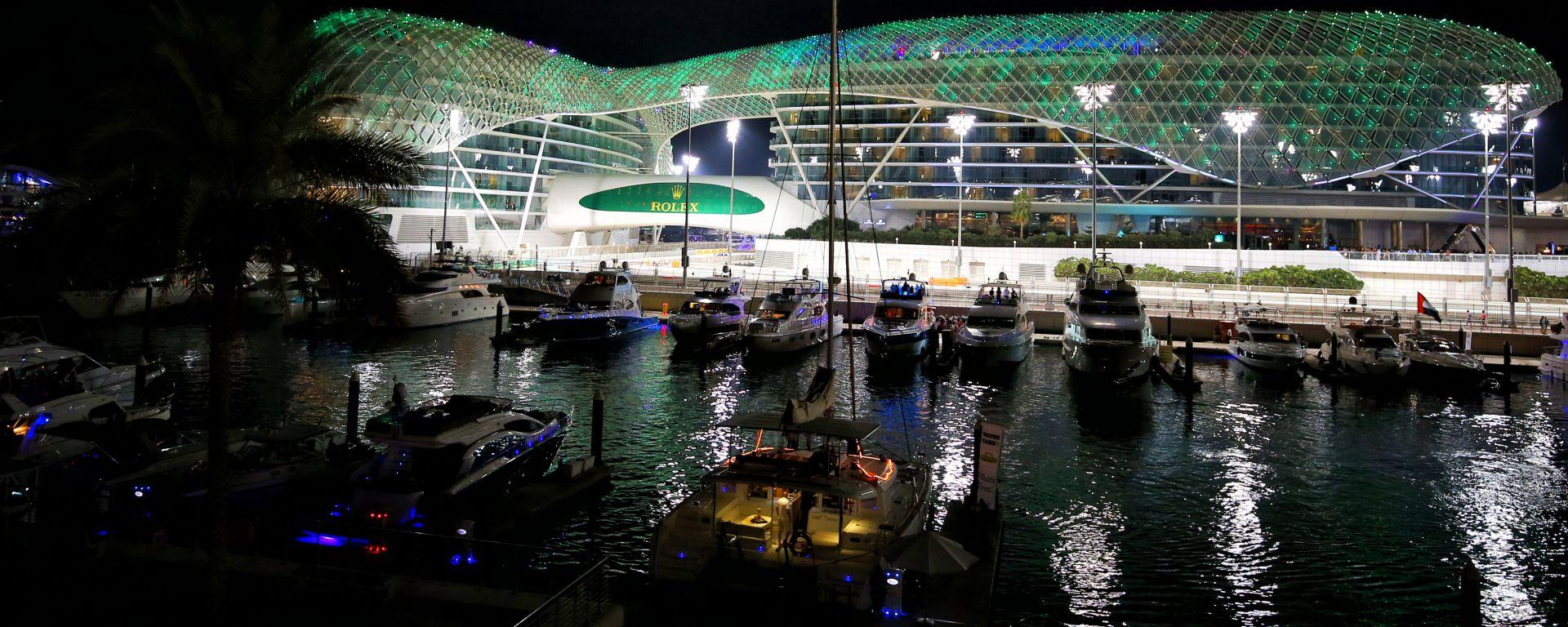 F1 GP Abu Dhabi, la scenografica illuminazione notturna del lussuoso hotel di Yas Marina