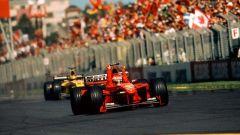 F1 GP Australia 1999, Melbourne: Eddie Irvine (Ferrari) taglia il traguardo con le braccia al cielo | Foto: F1.com