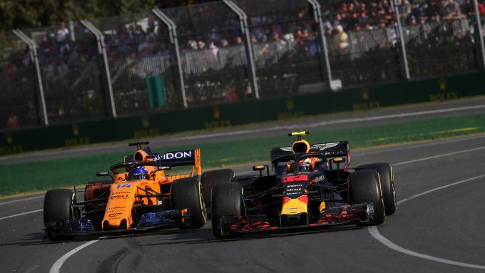 F1 GP Australia 2018, Melbourne: Alonso (McLaren) e Verstappen (Red Bull) in lotta in pista