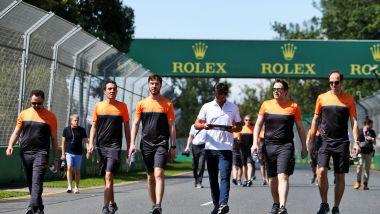 F1, GP Australia 2020: alcuni membri del team McLaren durante la track walk