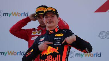 F1 GP Austria 2019, Spielberg: Max Verstappen (Red Bull) indica sul podio il logo Honda