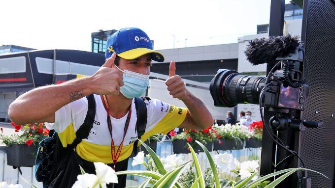 F1, GP Austria 2020: Daniel Ricciardo resta inutilmente in posa in attesa della foto