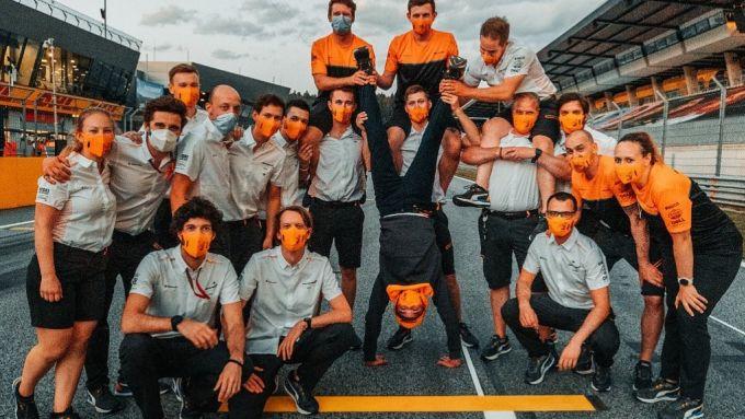 F1, GP Austria 2020: il team McLaren posa con ciò che resta di Lando Norris
