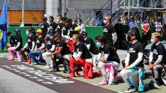 F1, GP Austria 2020: piloti inginocchiati e piloti in piedi al momento dell'inno