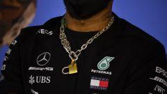 F1 GP Austria 2020, Red Bull Ring: il particolare della catena al collo di Lewis Hamilton (Mercedes)