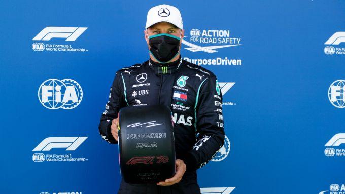 F1 GP Austria 2020, Red Bull Ring: Valtteri Bottas (Mercedes) con il trofeo del poleman Pirelli