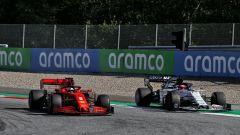 F1, GP Austria 2020: Sebastian Vettel (Ferrari) in lotta con Daniil Kvyat (Alpha Tauri)