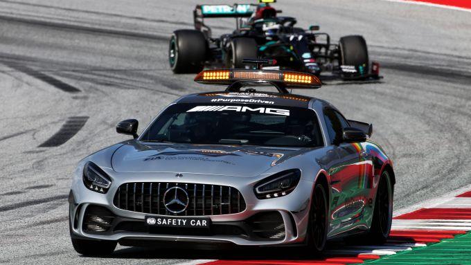 F1, GP Austria 2020: Valtteri Bottas (Mercedes) segue la Safety Car