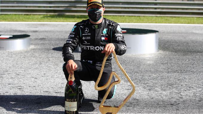 F1, GP Austria 2020: Valtteri Bottas posa nell'indifferenza generale con il trofeo del vincitore