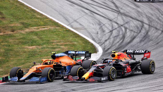 F1, GP Austria 2021: Lando Norris e Sergio Perez duellano in curva 3