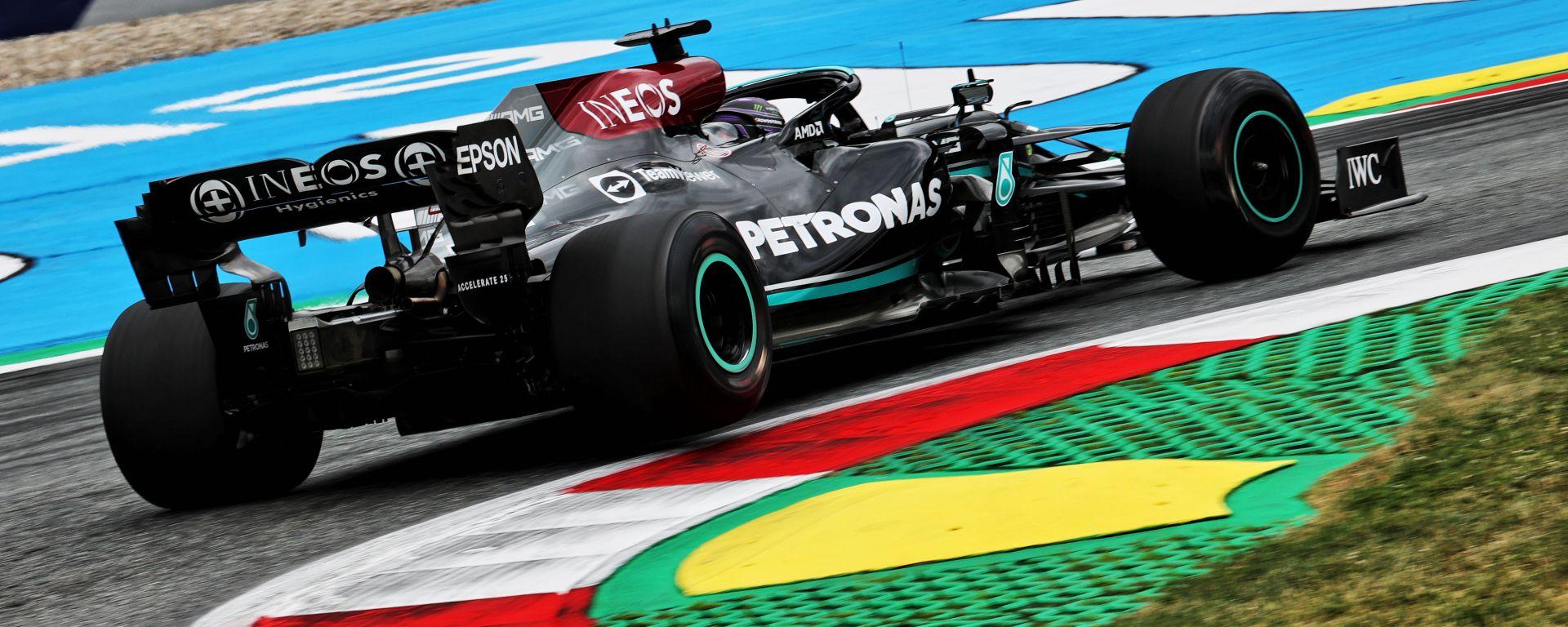 F1 GP Austria 2021, Spielberg: Lewis Hamilton (Mercedes AMG F1) prova le Pirelli proto