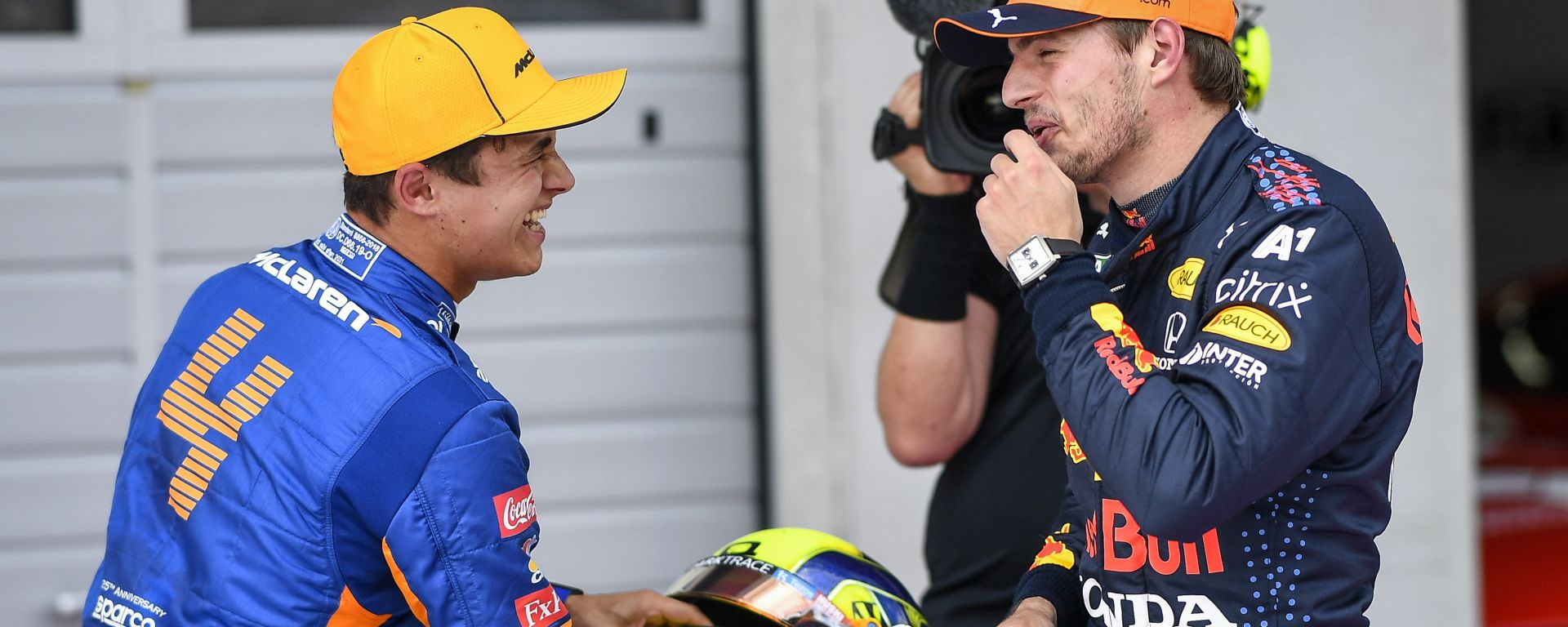 F1 GP Austria 2021, Spielberg: Norris (McLaren) e Verstappen (Red Bull) scherzano dopo la Q3