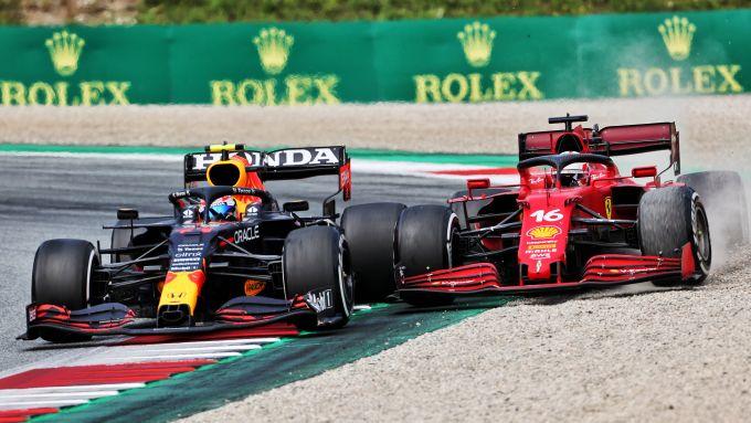 F1 GP Austria 2021, Spielberg: Sergio Perez (Red Bull) in curva-4 con Charles Leclerc (Ferrari)