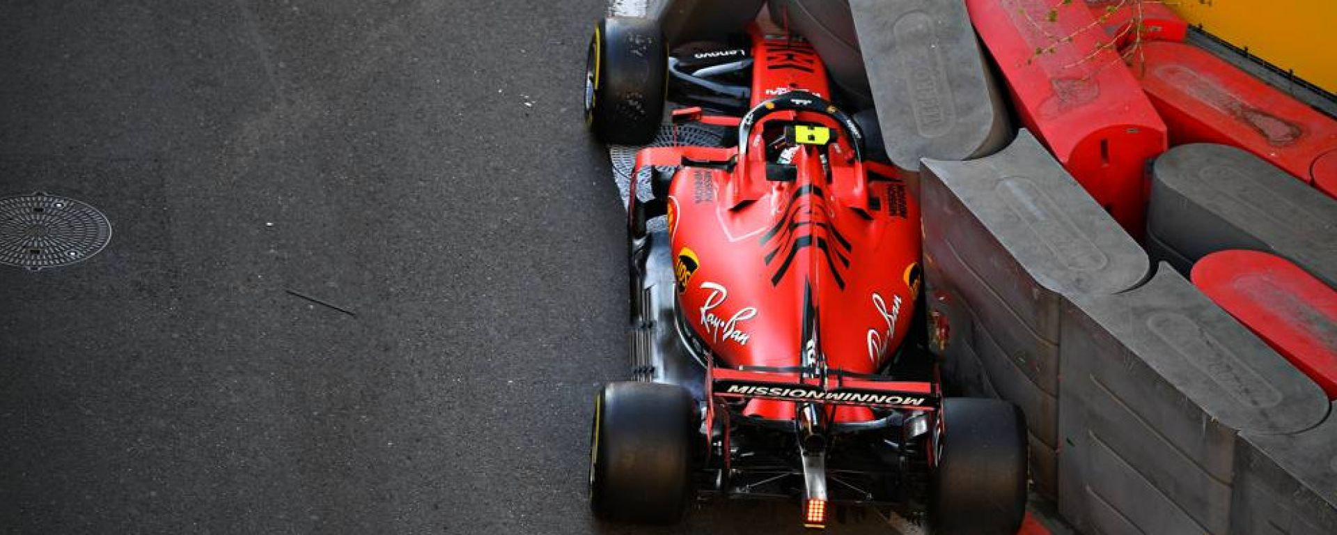 F1, GP Azerbaijan 2019: la Ferrari di Charles Leclerc contro le barriere del circuito di Baku