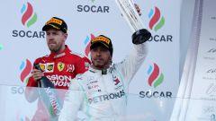 F1 GP Azerbaijan 2019, Lewis Hamilton alza il trofeo del secondo posto