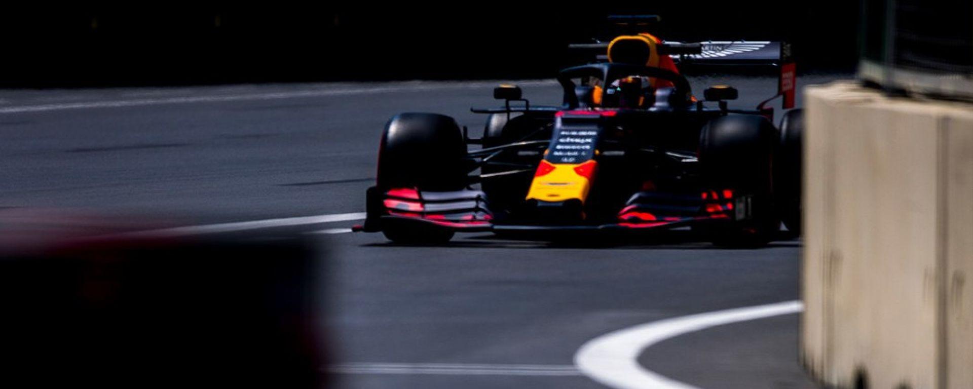 F1 GP Azerbaijan 2019, Verstappen sfreccia sul rettilineo dei box