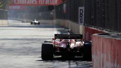 F1 GP Azerbaijan 2019, Vettel in uscita di curva-1. In lontananza le due Mercedes di Hamilton e Bottas
