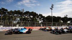 F1 GP Azerbaijan 2021, Baku: Fernando Alonso (Alpine) brucia Yuki Tsunoda (AlphaTauri) alla ripartenza