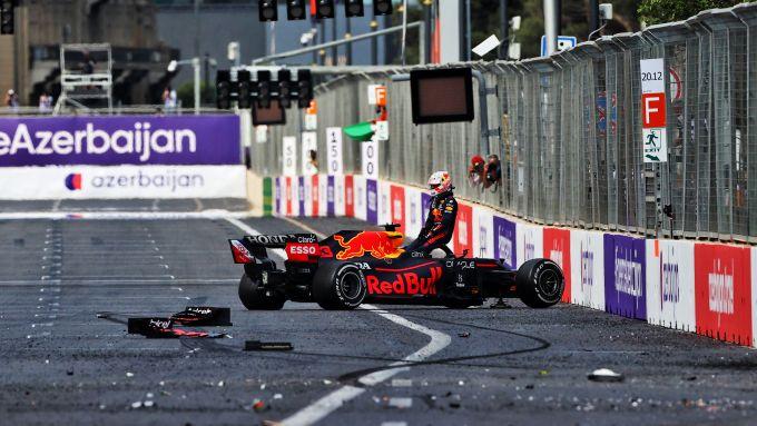 F1 GP Azerbaijan 2021, Baku: i detriti sul rettilineo dopo il botto di Max Verstappen (Red Bull Racing)