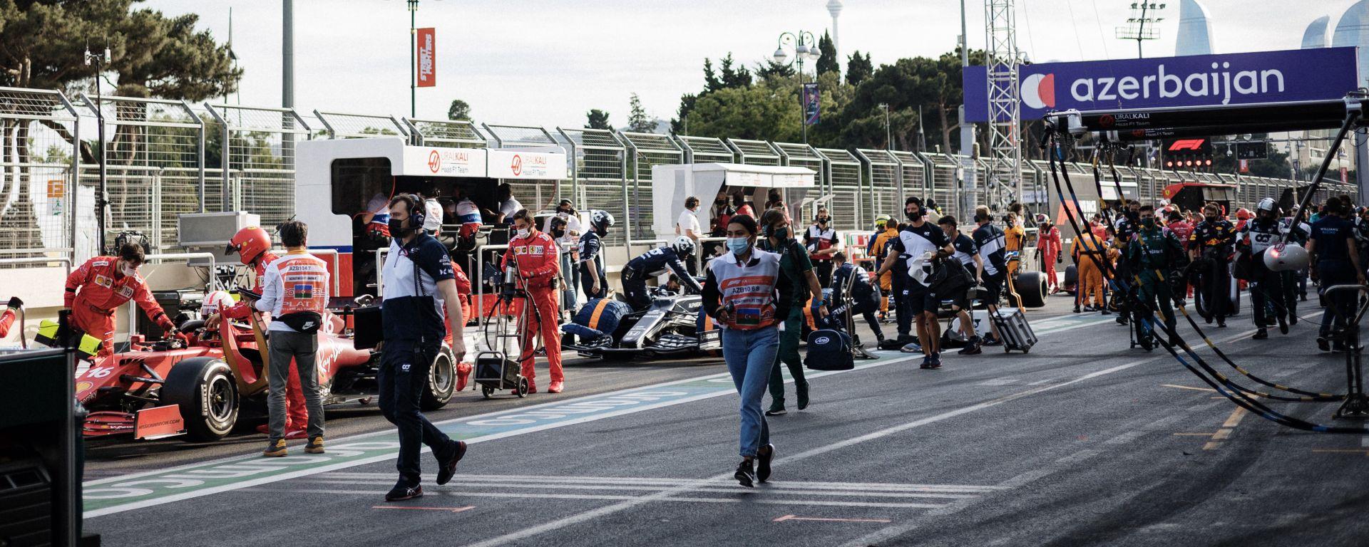 F1 GP Azerbaijan 2021, Baku: le auto in pit-lane in attesa della ripartenza