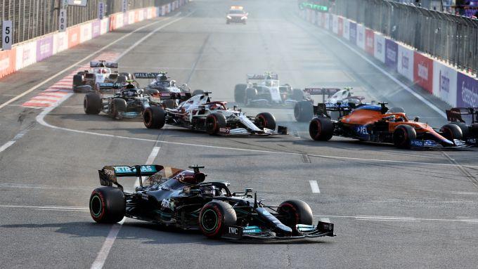 F1 GP Azerbaijan 2021, Baku: Lewis Hamilton (Mercedes AMG F1) arriva lungo alla prima staccata