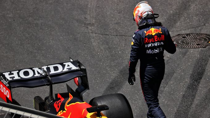 F1 GP Azerbaijan 2021, Baku: Max Verstappen (Red Bull Racing) a testa bassa dopo l'incidente