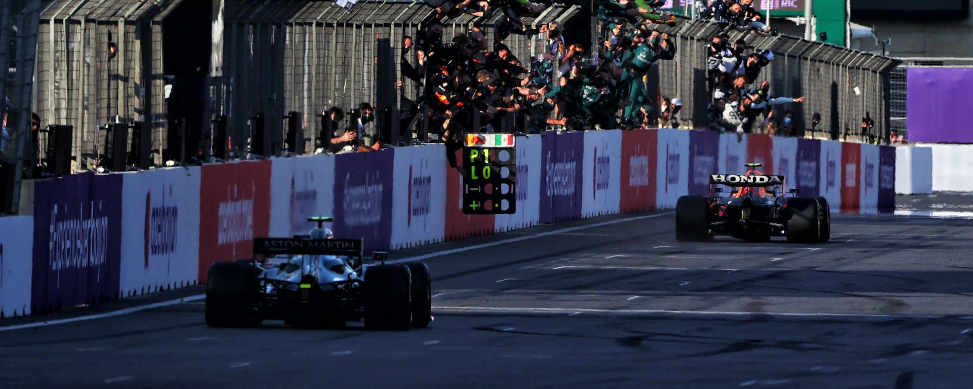 F1 GP Azerbaijan 2021, Baku: Sergio Perez (Red Bull Racing) taglia il traguardo in trionfo