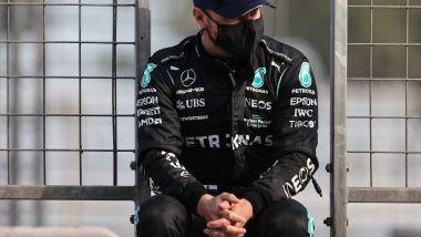 F1 GP Azerbaijan 2021, Baku: Valtteri Bottas (Mercedes AMG F1) seduto sul muretto in attesa del via