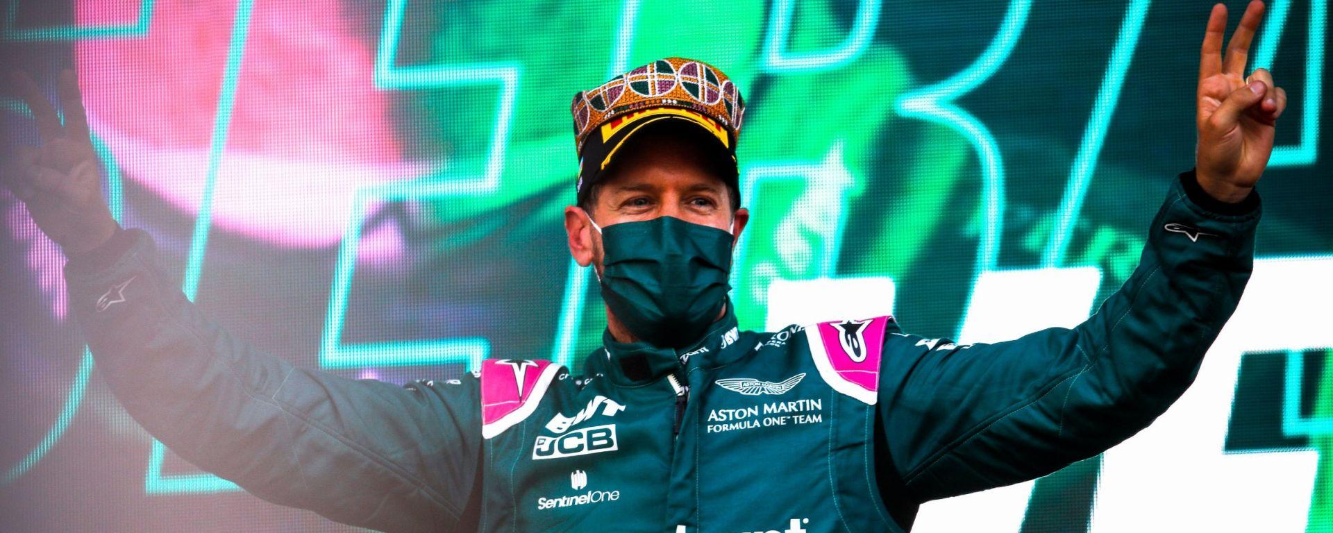 F1, GP Azerbaijan 2021: il Sebbb sul podio con il cappello vinto alla gara di kebab