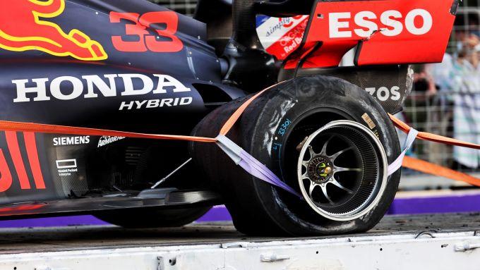F1, GP Azerbaijan 2021: la posteriore sinistra di Max Verstappen dopo l'incidente