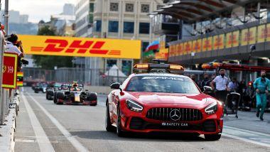 F1, GP Azerbaijan 2021: la Safety Car e i piloti transitano dalla pitlane dopo l'incidente di Verstappen