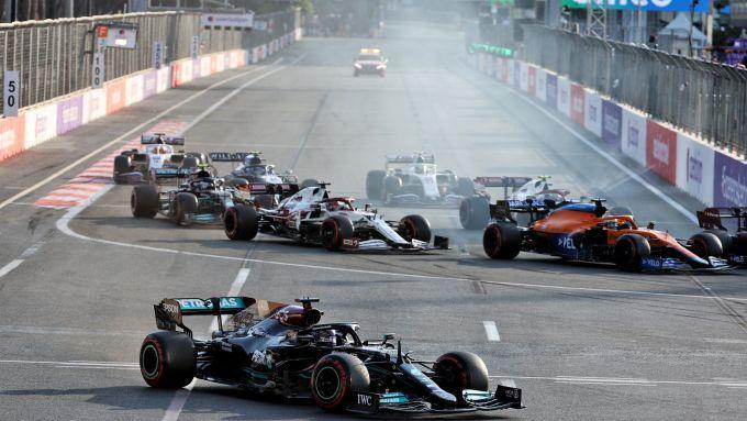 F1, GP Azerbaijan 2021: Lewis Hamilton finisce largo alla ripartenza