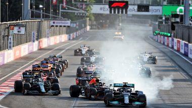 F1, GP Azerbaijan 2021: Lewis Hamilton va dritto in curva 1 alla ripartenza