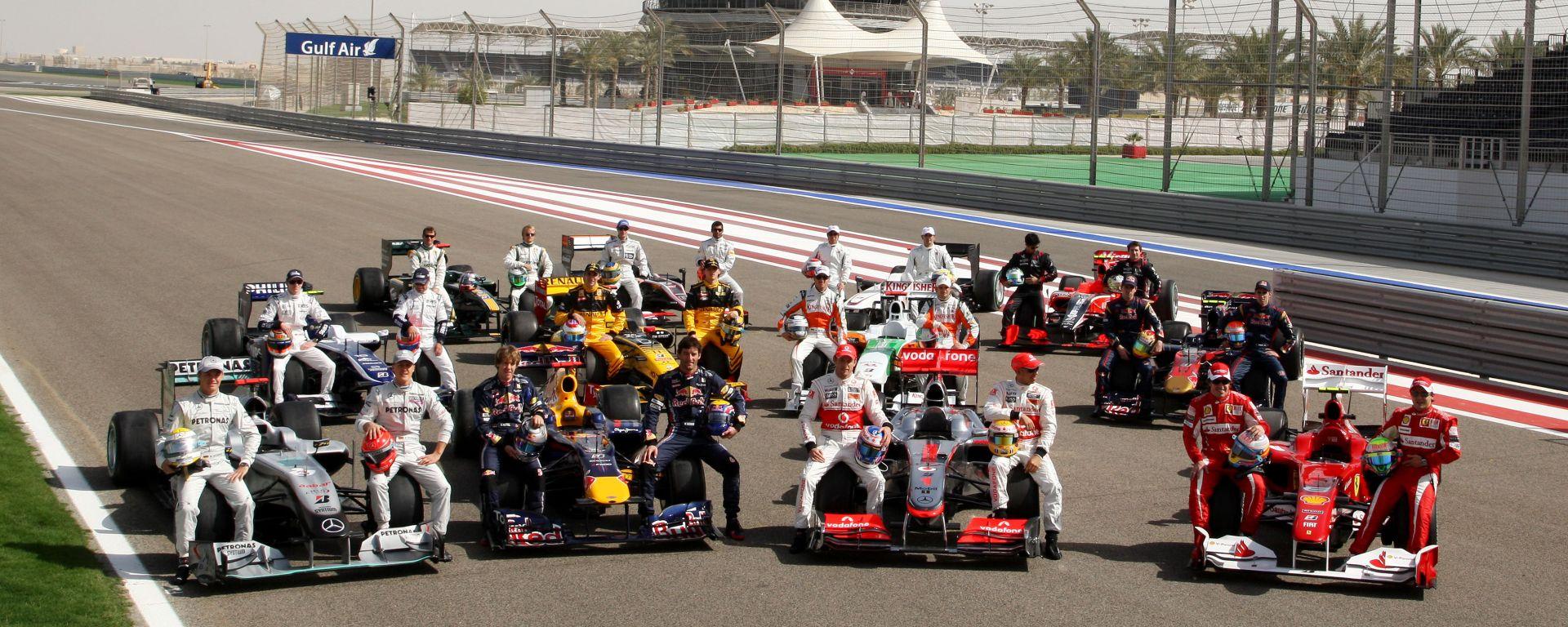 F1, GP Bahrain 2010: la foto di gruppo di piloti e vetture per i 60 anni della Formula 1
