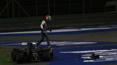 F1 GP Bahrain 2014, Sakhir: Esteban Gutierrez (Sauber) esce dall'auto incidentata