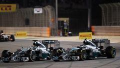 F1 GP Bahrain 2014, Sakhir: uno dei tanti ruota a ruota tra Hamilton e Rosberg (Mercedes)