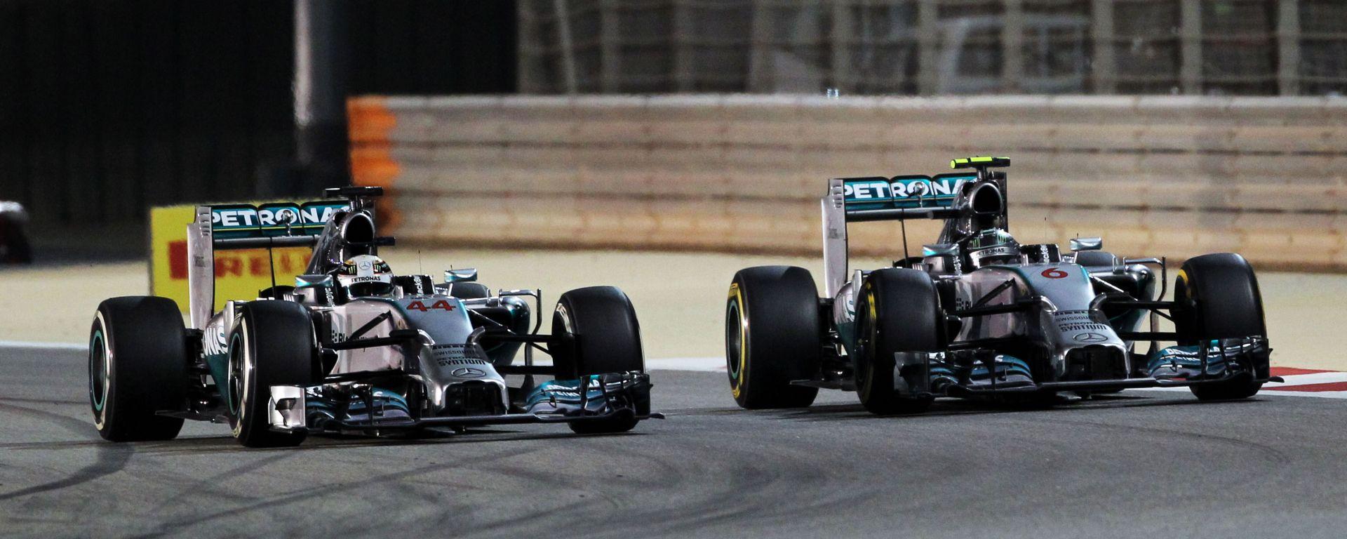 F1, GP Bahrain 2014: una fase del duello tra Nico Rosberg e Lewis Hamilton (Mercedes)