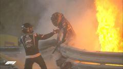 F1, GP Bahrain 2020: Romain Grosjean (Haas) esce dai rottami incendiati della sua vettura