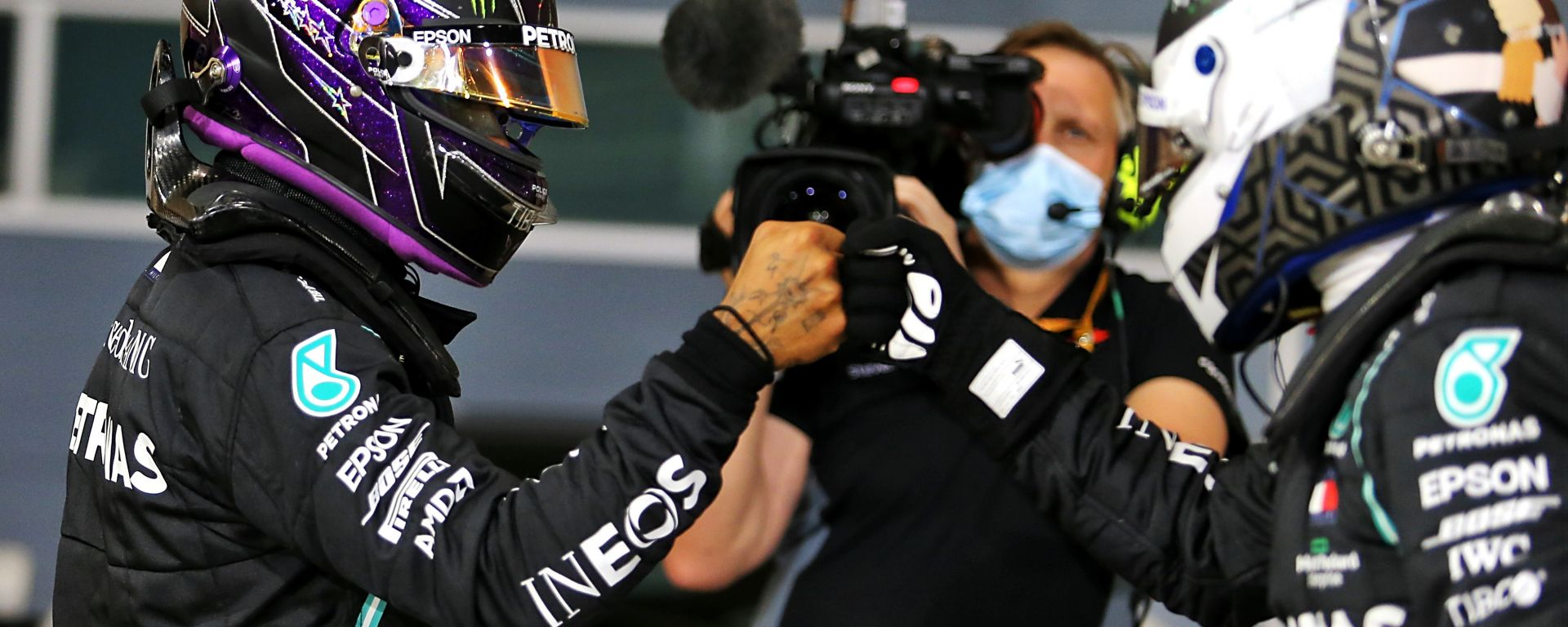 F1 GP Bahrain 2020, Sakhir: Lewis Hamilton e Valtteri Bottas (Mercedes) festeggiano la prima fila