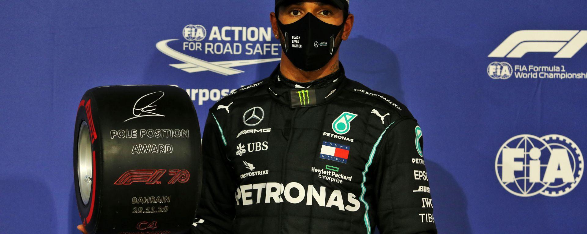 F1 GP Bahrain 2020, Sakhir: Lewis Hamilton (Mercedes AMG F1) con il trofeo della pole position