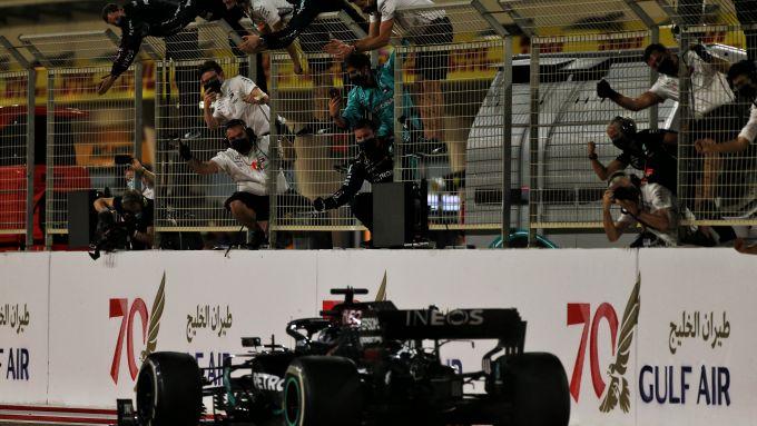 F1 GP Bahrain 2020, Sakhir: Lewis Hamilton (Mercedes AMG F1) taglia il traguardo