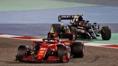 F1, GP Bahrain 2021: Carlos Sainz (Ferrari) e Pierre Gasly (AlphaTauri) nelle prime fasi di gara