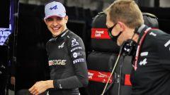 F1, GP Bahrain 2021: Esteban Ocon se la ride ripensando all'Opel AstraZeneca
