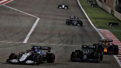 F1, GP Bahrain 2021: George Russell (Williams) supera Sebastian Vettel (Aston Martin)