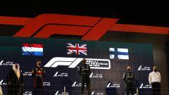 F1, GP Bahrain 2021: il podio con Lewis Hamilton, Max Verstappen e Valtteri Bottas