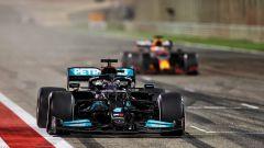 F1, GP Bahrain 2021: Lewis Hamilton (Mercedes) taglia il traguardo davanti a Max Verstappen (Red Bull)