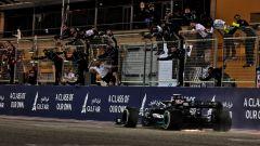 F1, GP Bahrain 2021: Lewis Hamilton (Mercedes) taglia il traguardo in prima posizione